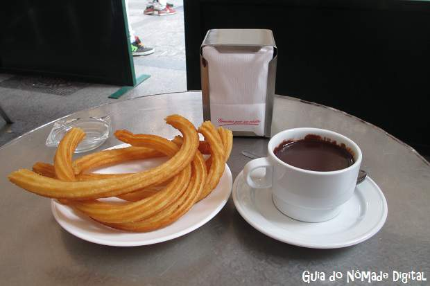 Deliciosos churros com chocolate.